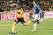 FCL-Verteidiger Ricardo Costa (35, rechts) rennt YB-Stürmer Miralem Sulejmani hinterher. (Bild: Keystone/Anthony Anex)
