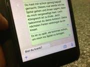 Im Bild die Botschaften, die der Beschuldigte und die Klägerin einander nach der Tat geschickt haben. (Nachgestellte Szene) (Bild: Lena Berger, Luzerner Zeitung / Luzern, 17.6.2017)