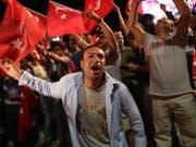 Erdogan-Anhänger demonstrieren auf dem Istanbuler Taksim-Platz. (Bild: KEYSTONE/EPA/TOLGA BOZOGLU)