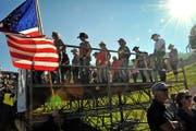 Amerika ist überall: Während der Konzerte auf Klewenalp zeigen Line Dancer auf einer Tribüne ihr Können. (Bilder Adrian Venetz)