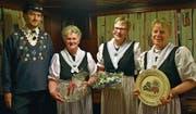 Von links: Präsident Roland Gisler gratuliert Ruth Zurfluh zur Ehrenmitgliedschaft sowie Bernadette Spiess und Trudy Zopp zu 30 Jahren Mitgliedschaft in der Trachtengruppe. (Bild: Georg Epp (Bürglen, 5. Januar 2018))