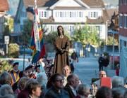 Eine Statue von Bruder Klaus wird an dessen Gedenktag zur Kirche getragen. (Bild: Dominik Wunderli (Sachseln, 25. September 2017))
