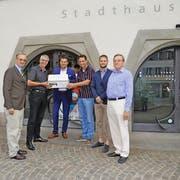 Das Referendumskomitee hat gestern 550 Unterschriften an Stadtrat André Wicki (dritter von links) übergeben. (Bild PD/Charly Werder)