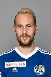 GC-Captain Kim Källström (am Boden) luchst dem FCL-Stürmer Marco Schneuwly den Ball ab. (Bild: Freshfocus/Steffen Schmidt)