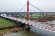 Die Autobahn A42, zu der die Brücke mit dem Unglückspfeiler gehört, wurde wegen des Unfalls zunächst bis Mittwoch auf dem betroffenen Abschnitt gesperrt. (Bild: Sascha Steinbach/EPA)