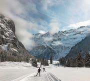Langläufer skaten auf einer Loipe in Engelberg. (Bild: PD)