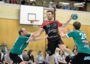 Erzielte bisher 36 Tore für Handball Emmen: der 30-jährige Goran Djuricin (am Ball). Bild: Dominik Wunderli (Emmen, 11. März 2017)
