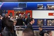 Pendler am fruehen Morgen im S-Bahn Bahnhof Zuerich Altstetten, aufgenommen am 3. April 2012. (KEYSTONE/Gaetan Bally) (Bild: GAETAN BALLY (KEYSTONE))