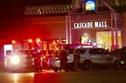 Der mutmassliche Täter verliess nach Polizeiangaben den Tatort vor dem Eintreffen der Beamten und befindet sich auf der Flucht. (Bild: AP/ Dean Rutz)