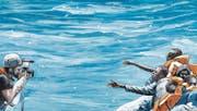 Fotograf Peter Eickmeyer als Zeuge einer der vielen Seerettungen vor der libyschen Küste – in der Graphic Novel «Liebe deinen Nächsten». (Bild: Splitter Verlag)