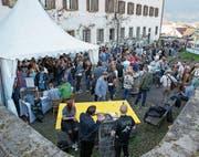 Dank bestem Wetter konnten sich die Gäste am Best of Beer Festival die besonderen Biersorten auch draussen vor dem Kapuzinerkloster schmecken lassen. (Bild: André A. Niederberger (Stans, 8. April 2017))