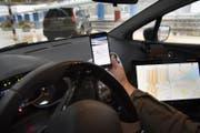 Auf dem Smartphone weden Informationen zur Autonummer angezeigt, die vom Scanner erfasst wurde. (Bild: Keystone/Jean-Christophe Bott)