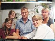 Der heute 51-jährige «Bänziger Sepp» mit seiner Frau und den drei Töchtern. (Bild: PD)