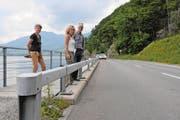 Gerda Felber, Romy Ineichen und Hanspeter Rohrer (von links) von Pro Natura Unterwalden an der Lopperstrasse zwischen Alpnachstad und Stansstad. (Bild Philipp Unterschütz)