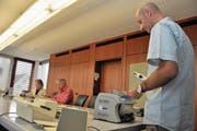 Viel Arbeit fürs Stimmbüro. Im Bild rechts Marco Halter an der Zählmaschine. (Bild: Adrian Venetz (Sarnen, 28. Februar 2016))