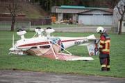 Auf dem Flugplatz Buochs drehte Burglind ein Kleinflugzeug. (Bild: URS FLUEELER (KEYSTONE))