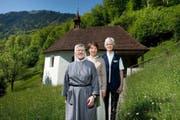 Schwester Mirjam Rombouts (Mitte) von Chemin Neuf organisiert die Nachfolge von Erasma Höfliger (links) und Fernanda Vogel (rechts). Das Bild entstand vor der Oberen Ranftkapelle. Bild Dominik Wunderli