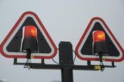 Diese Lampen der Zentralbahn beim Bahnübergang in Oberdorf sind, anders als einige Lichtsignale im Aargau, intakt. (Bild: Oliver Mattmann / Neue NZ)
