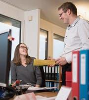 Nadine Odermatt mit Gemeindeschreiber Roland Bösch in der Gemeindekanzlei Kerns. (Bild: Corinne Glanzmann (12. Dezember 2017))