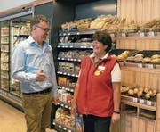 Ernst Durrer, Inhaber Auto-Center Durrer AG, mit Jacqueline Fuchs, Geschäftsleiterin im Avia-Shop. (Bild: Philipp Unterschütz (30. Mai 2017))