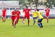 Der FC Adligenswil (gelb) beim Spiel gegen die Suisse Legends. Von links: Stéphane Chapuisat, Georges Bregy und Milaim Rama. (Bild Roger Grütter)