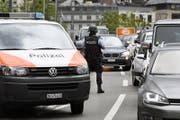 Polizisten kontrollieren den Verkehr in Zürich. (Bild: Keystone / Walter Bieri)