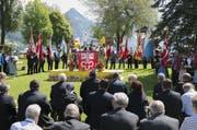 Zahlreiche Persönlichkeiten verfolgen den Festakt am Seeufer. (Bild: André A. Niederberger / Neue NZ)