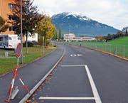 Keine Blumentröge, dafür Parkverbotsschilder: die Enetriederstrasse bleibt vorerst hindernisfrei. (Bild: Adrian Venetz (Sarnen, 24. Oktober 2017))