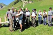 Neben dem Barpreis erhielt Anton Jauch von Raimund Rodewald (links) noch zwei Rechen zum Wildheuen. (Bild Paul Gwerder)
