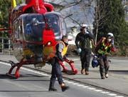 Die Heli-Crew war nur kurz auf dem Platz und flog dann zum nächsten Einsatz. (Bild: Geri Holdener, Bote der Urschweiz)
