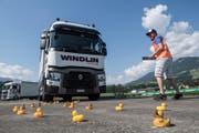 Ob beim Geschicklichkeitsfahren mit einem Lastwagen in Aplnach, beim Bewundern eines Oldtimer-Wohnmobils in Luzern oder beim Testen von Elektromobilen in Buochs: Wer sich für Autos begeistert, kommt dieses Wochenende voll auf seine Kosten. (Bild: Boris Bürgisser, Zentralschweiz, 27. Mai 2017)