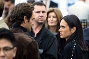 Roger Federer redet mit US-Schauspielerin Jennifer Connelly. (Bild: EPA/ETIENNE LAURENT)