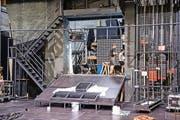 Im Theater Uri entsteht zurzeit das aufwendige Bühnenbild für die Tellspiele – mit vielen Spezialeffekten und Details. (Bild: Boris Bürgisser / Neue LZ)