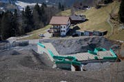 Ein Beginn für die 50-Millionen-Villa ist gemacht. Ein Fundament und die vermutliche Tiefgarage sind in den Boden gegossen. (Bild: Corinne Glanzmann/OZ, Engelberg, 15. März 2017)