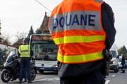 Die Sicherheitsvorkehrungen wurden auf der ganzen Welt erhöht. Im Bild: Ein Grenzpolizist an der Grenze Frankreich/Schweiz. (Bild: Keystone/ Salvatore di Nolfi)