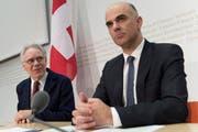 Bundesrat Alain Berset und alt Bundesrat Moritz Leuenberger (links) kommunizieren die Einsetzung eines runden Tisches zu Fragen des krebserregenden Asbests und den davon Betroffenen. (Bild: Keystone)
