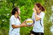 Die Beachvolleyballerinnen Eliza Chong (links) und Gledys Lee reisen heute bereits wieder nach Singapur zurück. (Bild Philipp Schmidli)