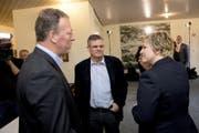 Didier Castella (links) ist in die Freiburger Kantonsregierung gewählt worden. (Bild: Keystone / Jean-Christophe Bott)