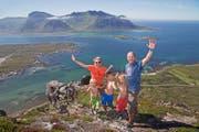 Eine norwegische Familie auf einer Bergspitze in Lofoten, Norwegen. Das Land landete im internationalen Glücksbericht auf dem ersten Platz. (Bild: EPA/NILS-ERIK BJOERHOLT)