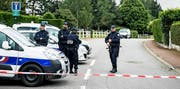 Französische Polizisten in der Nähe des Tatorts in der Gemeinde Magnanville, unweit von Paris. (Bild: EPA/Christophe Petit Tesson)