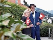 Veronica und James Amoroso – er in der Tracht des Jodlerklubs Edelweiss – auf ihrer Terrasse in Walchwil. (Bild: Werner Schelbert (28. Juli 2017))