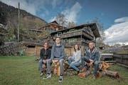 Die Familie Walker vor ihrem Hof oberhalb von Gurtnellen (von links): Isabell Walker (48), Christoph (16), Anita (18) , Toni Walker (53). (Bild: Pius Amrein (12. November 2017))