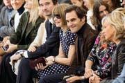 Roger Federer durfte sogar neben Anna Wintour Platz nehmen, der Chefin der US-Zeitschrift Vogue. Auch Mirka (rechts neben ihrem Ehemann) durfte in der ersten Reihe bei der Chanel-Show sitzen. (Bild: EPA/ETIENNE LAURENT)