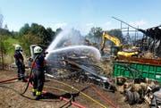 Feuerwehrleute löschen den Brand in der Scheune Weidhof in Zug. (Bild: Stefan Kaiser / Neue ZZ)