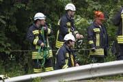 Gesichert begaben die die Feuerwehrleute in den Hang. (Bild: Picasa)