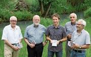 Die fünf Projektverantwortlichen präsentierten gestern Nachmittag ihr gemeinsames Werk am Dorfbach (von links): F. X. Brun, Roland Humair, Pascal Stadler, Hans Stadler und Gerhard Danioth. (Bild: Franziska Herger (Altdorf, 9. Juni 2017))