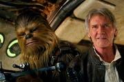 Peter Mayhew als Chewbacca und Harrison Ford als Han Solo im neusten Star Wars-Film. (Bild: Film Frame/Lucasfilm via AP)