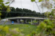 Für den Bundesrat sind Wildtierübergänge «zwingend erforderlich», wie hier die Städtlerwaldbrücke über die A4 auf der Höhe der Blegikurve bei Cham. (Bild: Stefan Kaiser, 11.08.2014)