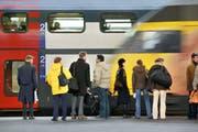 Reisende warte im Bahnhof Lausanne auf die Einfahrt eines Zuges. (Bild: Keystone)