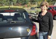 Patrizia Lanfranchi mit ihrem Uristier am Autoheck. (Bild: PD)